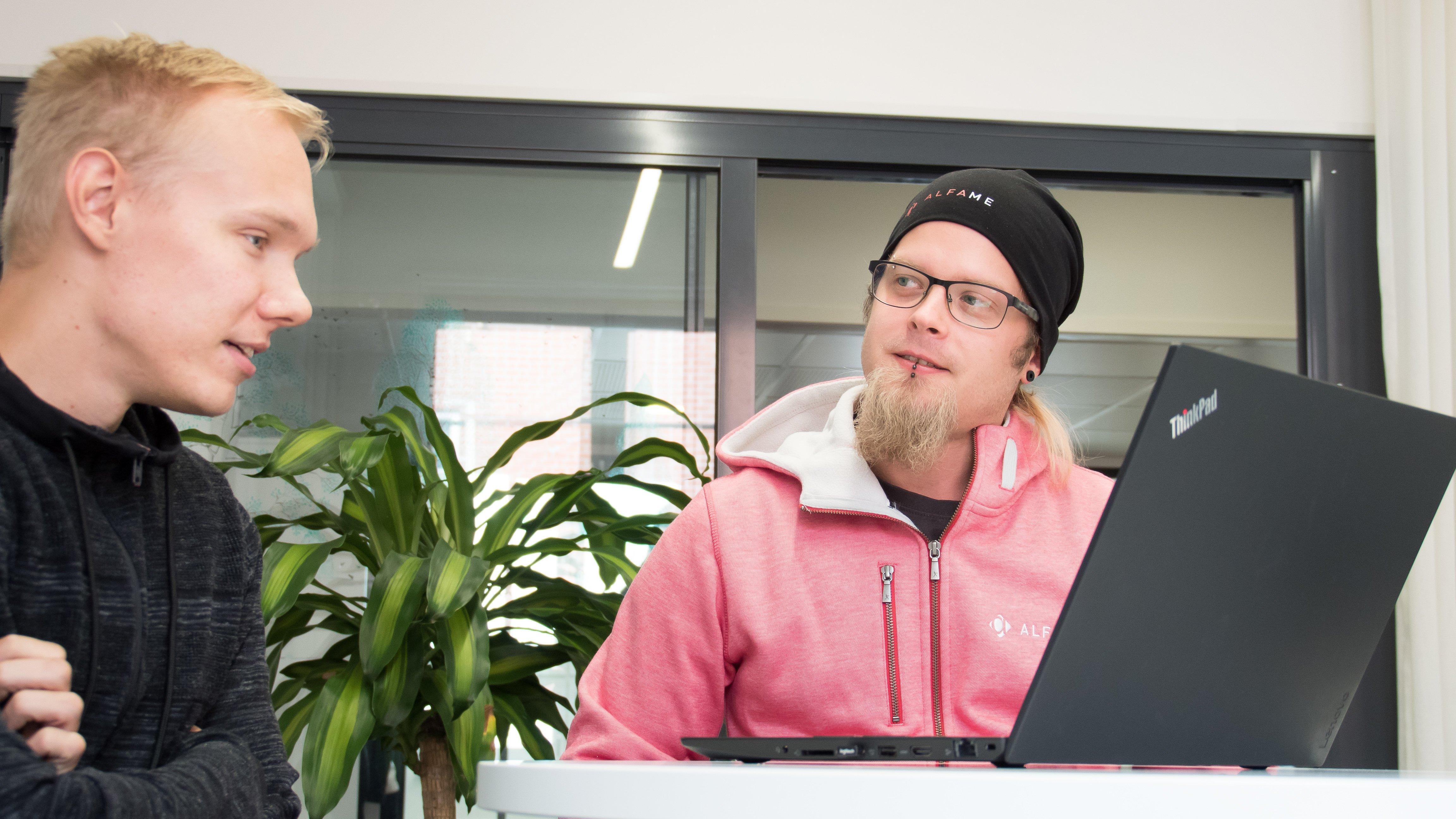 Petteri ja Panu keskustelevat tietokoneen äärellä.