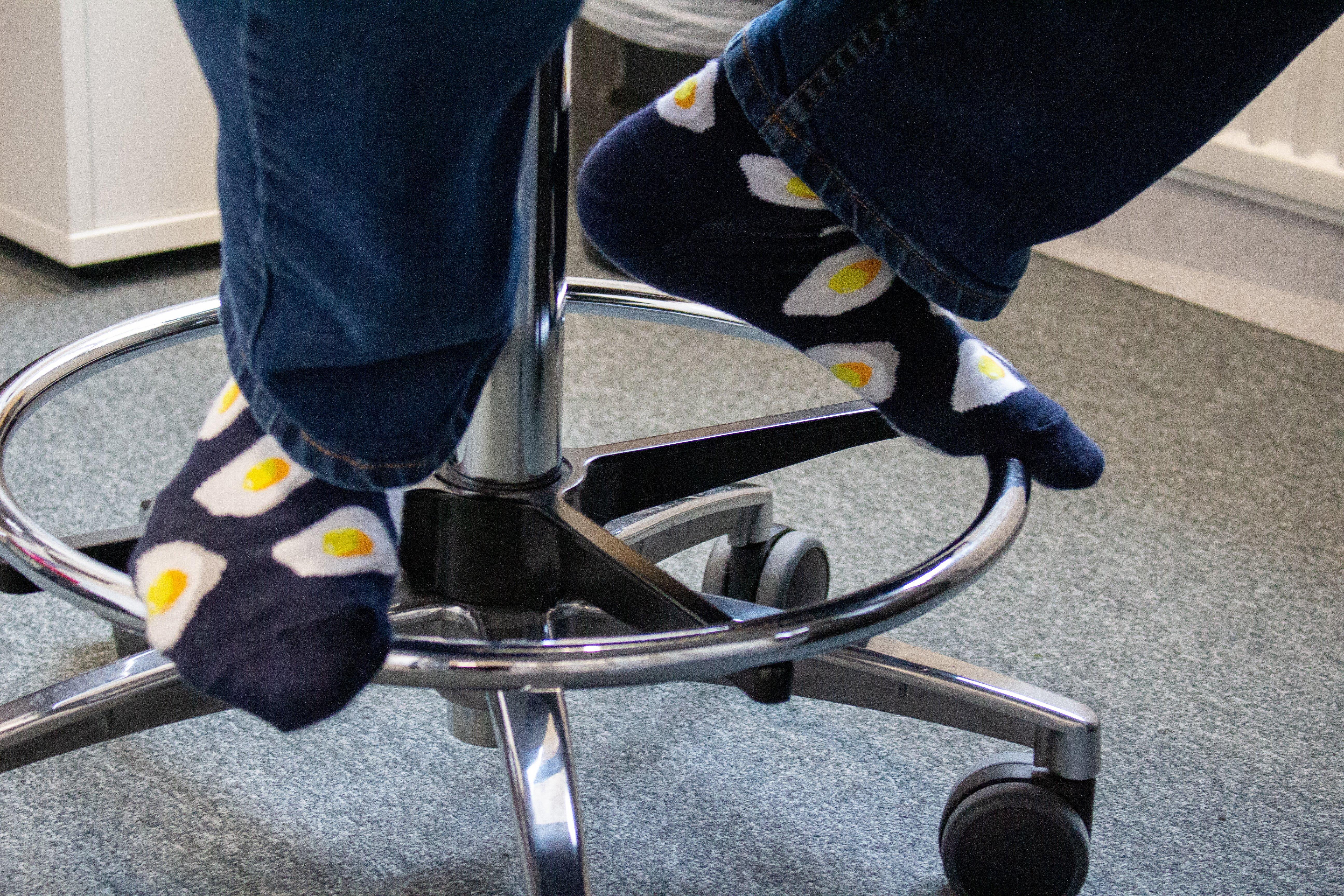 Jalassa on pirteät sukat kananmunakuosilla.